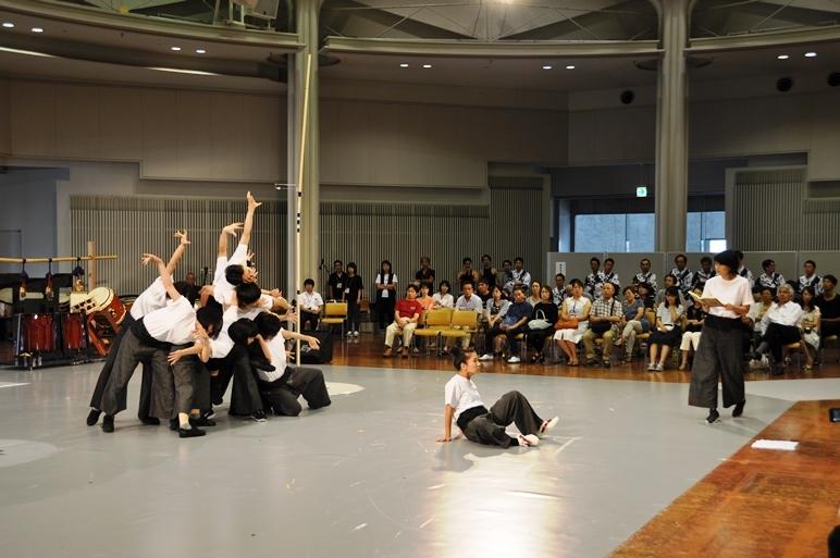 """美術や衣裳がなくても幻想的な雰囲気が伝わる、""""東京キャラバン""""アンサンブルと松たか子による芝居パート。"""
