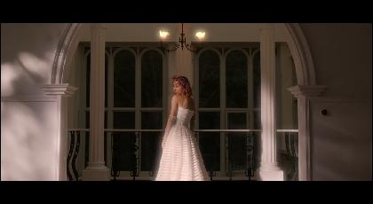 青山テルマ、「stay with me」のMVで純白のドレス姿を披露