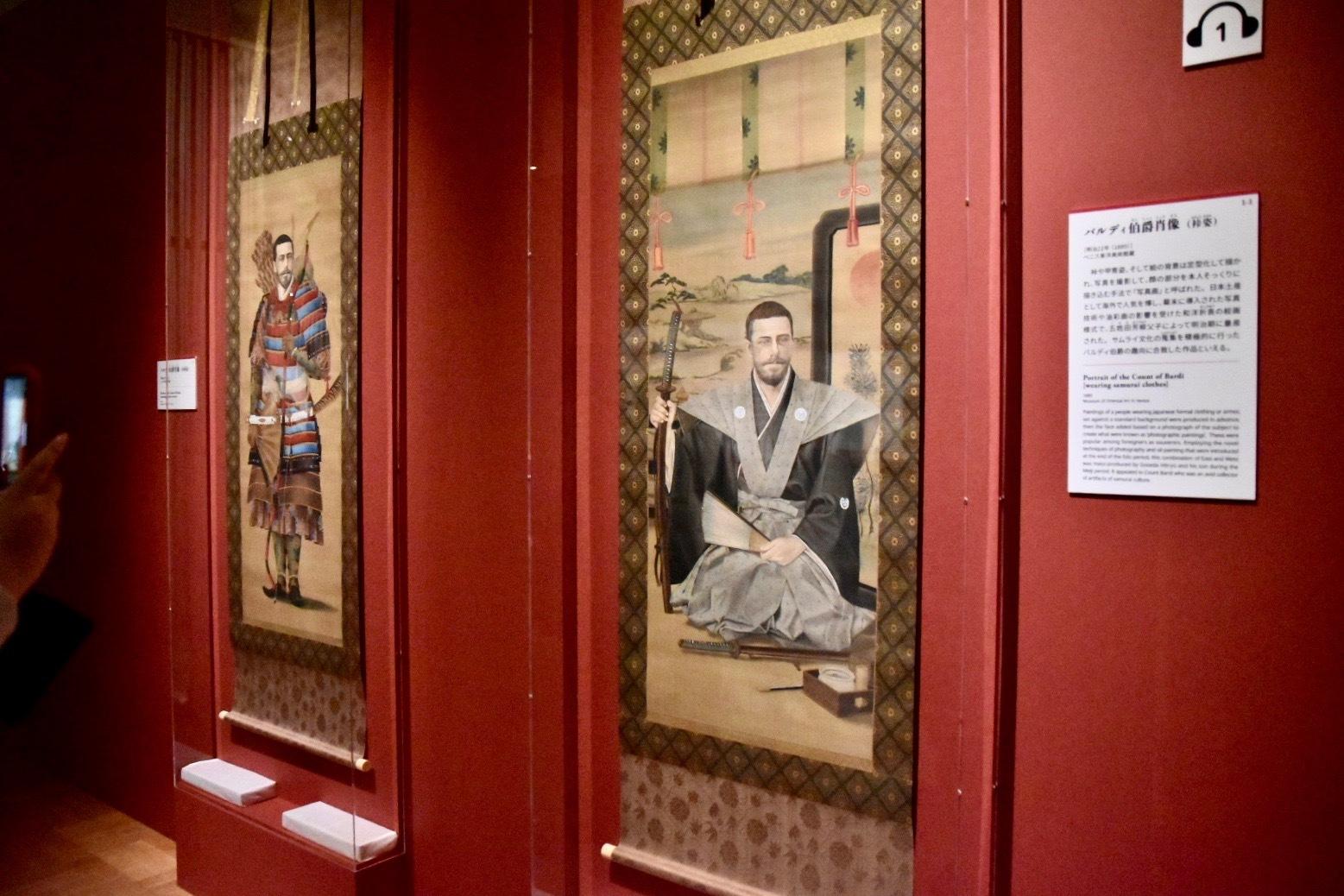 右:バルディ伯爵肖像(袴姿) 明治22年(1889) ベニス東洋美術館蔵 左奥:バルディ伯爵肖像(甲冑姿) 明治22年(1889) ベニス東洋美術館蔵