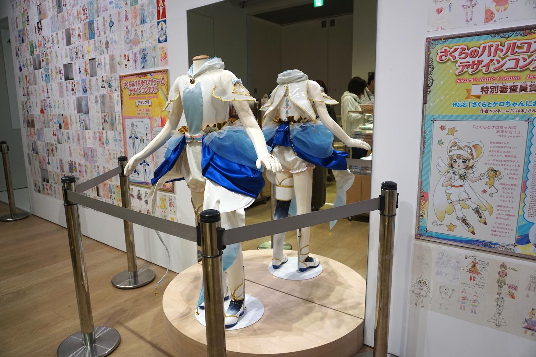 ミュージアムショップに展示されている「さくらのバトルコスチュームデザインコンテスト」グランプリ作品