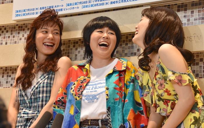 鈴木杏、ブルゾンちえみ、花乃まりあ(左から)。囲み取材中も終始笑顔で、仲睦まじい様子がよく分かる。