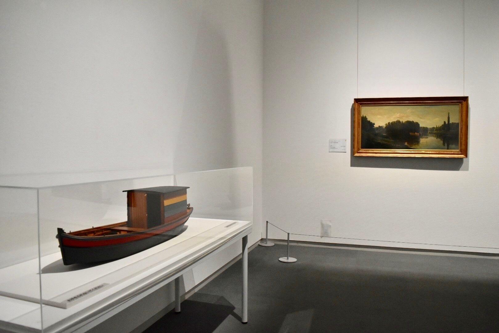 左手前:ダニエル・ラスカン(シャルル=フランソワ・ドービニー末裔) 《ボタン号の模型》 2006-07年 個人蔵 右奥:シャルル=フランソワ・ドービニー 《オワーズ川の中州》 1860年頃 公益財団法人村内美術館蔵