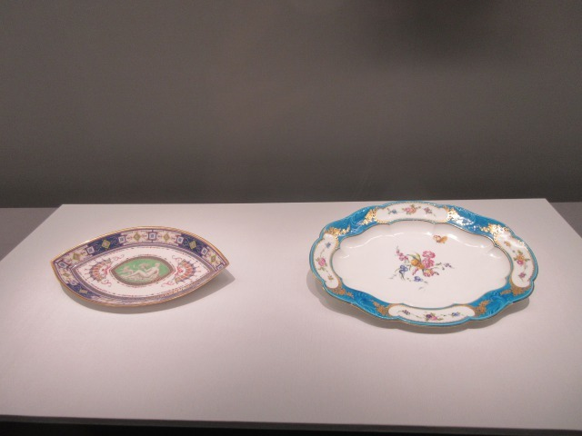 右:大皿(ルイ15世の「ブルー・セレストのセルヴィス」より) 器形:ジャン=クロード・デュプレシ 1754-1755年 左:ソース入れの盆(「アラベスクのセルヴィス」より) ルイ・ル・マッソン 1786年