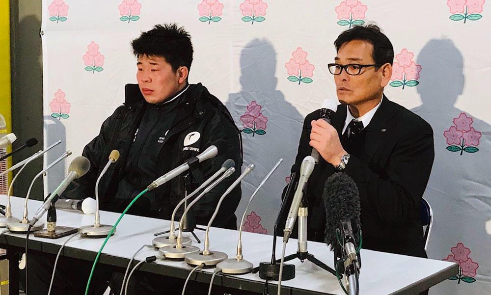 天理大学の小松節夫監督(右)と島根一磨キャプテン
