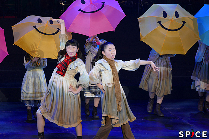 "「You're Never Fully Dressed Without A Smile」(from ""Annie""2014) (©NTV)"