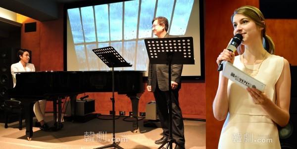 劇中歌をドイツ語で歌う、マシュカン役のソン・ヨンチャンと伴奏するスティーブン役のパク・ジョンボク。右の写真の女性はMCも務めたドイツ語指導のユン・アンナ