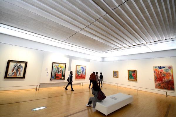 第5章の展示風景。晩年のピカソが独自の芸術を追求したのに対して、神からの恩恵を大切にしたシャガールは大衆にも受け入れられる明るく華やかな作品を残した