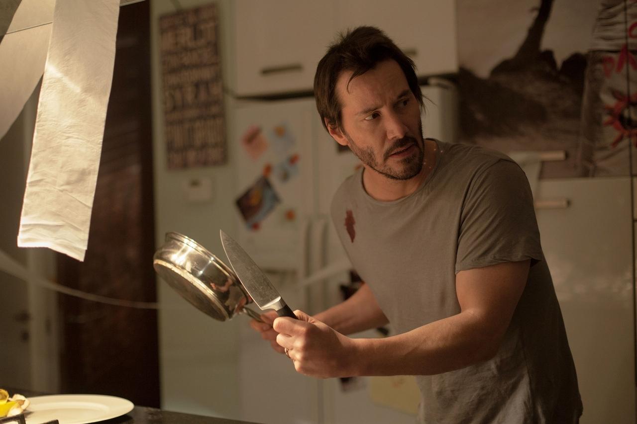 ナイフと鍋を手にとるキアヌ。この後大変なことになります © 2014 Camp Grey Productions LLC