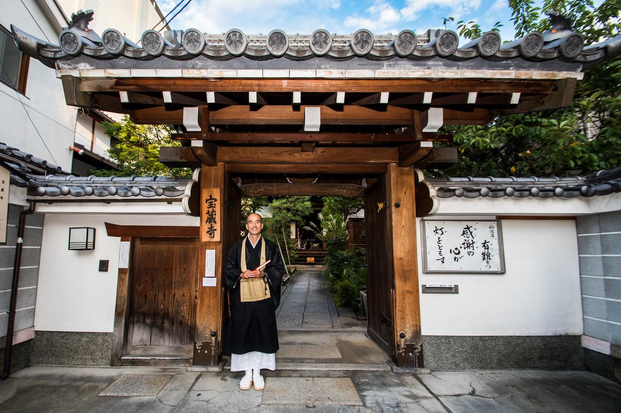 帰り際、小島住職が門前まで見送ってくれた。