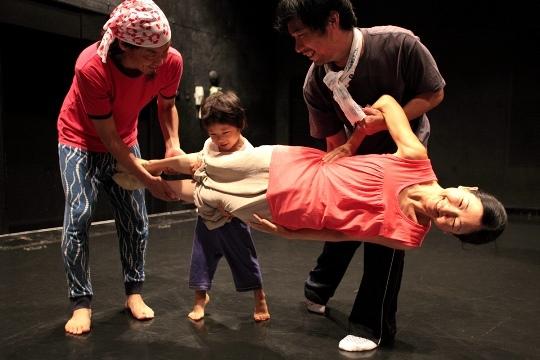 過去のワークショップより「近藤良平と!親子で楽しく真夏のダンス!」