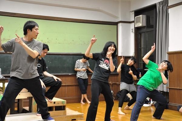 この日一番盛り上がった、新人劇団員・ヤマモトエリコ(右端)によるオタ芸指導。
