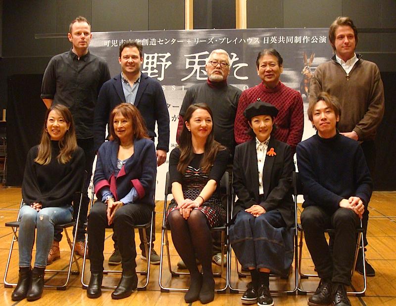『野兎たち MISSING PEOPLE』の作者(上段右端)と演出家、出演者一同