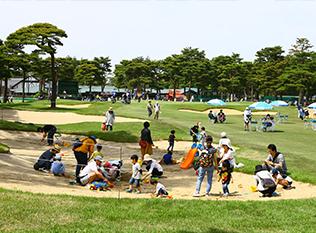 会場には家族で遊べるプレイパークがあり、バンカーで砂遊び体験などができる