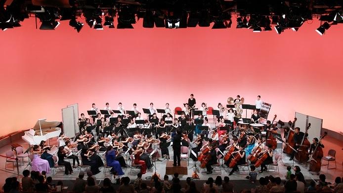 フル編成、大迫力サウンドで聴かせる「子連れオーケストラ 西宮きらきら母交響楽団」 写真提供:西宮きらきら母交響楽団