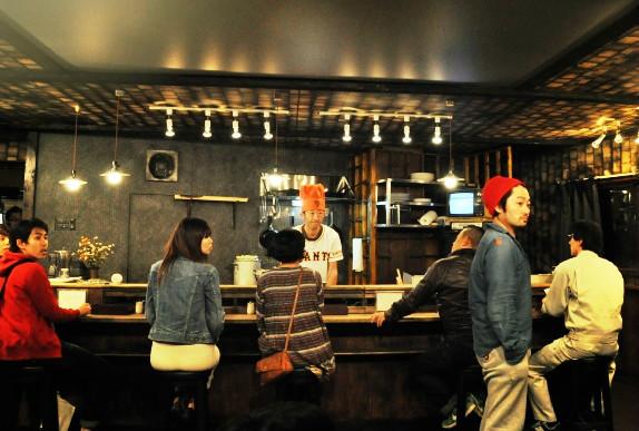 稽古中の風景より。赤い帽子の男が作・演出のタニノクロウ。 [撮影:吉永美和子]