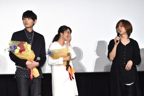 映画「L-エル-」初日舞台挨拶の様子。yasu(右)のサプライズ登壇に驚くキャスト。 (c)2016映画「L-エル-」製作委員会
