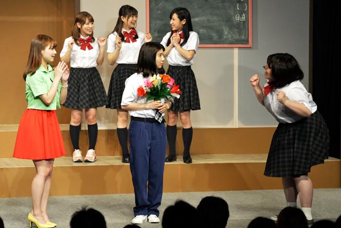(前列左から)マチコ先生、松本ヒロシ、まる子