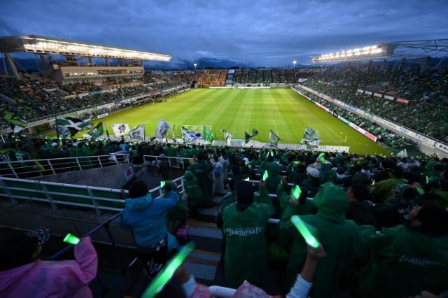 試合開始前&ハーフタイムにはファン・サポーターと協力して、スタンドを緑色にライトアップする
