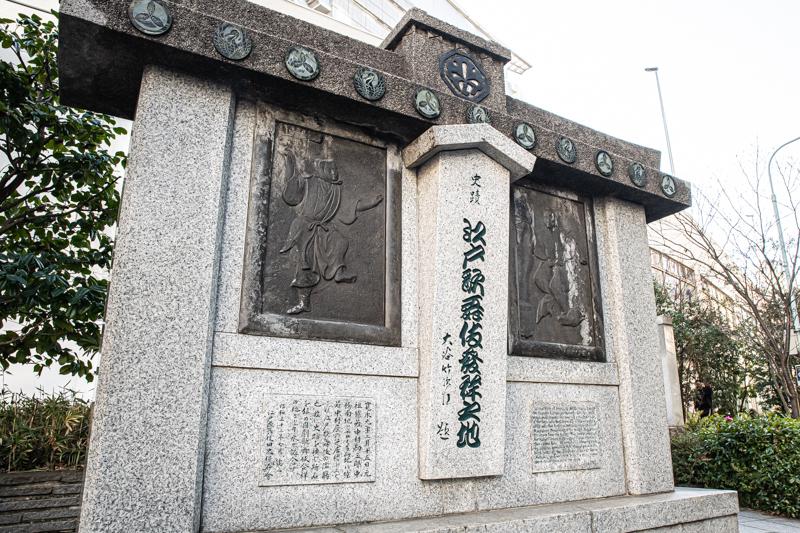 一番上には、中村屋の定紋「角切銀杏」が、その下には替紋の「丸に舞鶴」と初世勘三郎が朝廷から賜った羽織に由来する「丸に三つ柏」の紋が交互にあしらわれている。