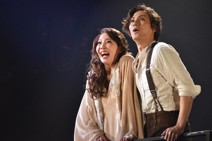 マタ・ハリを演じる柚希礼音(左)とアルマンを演じる加藤和樹