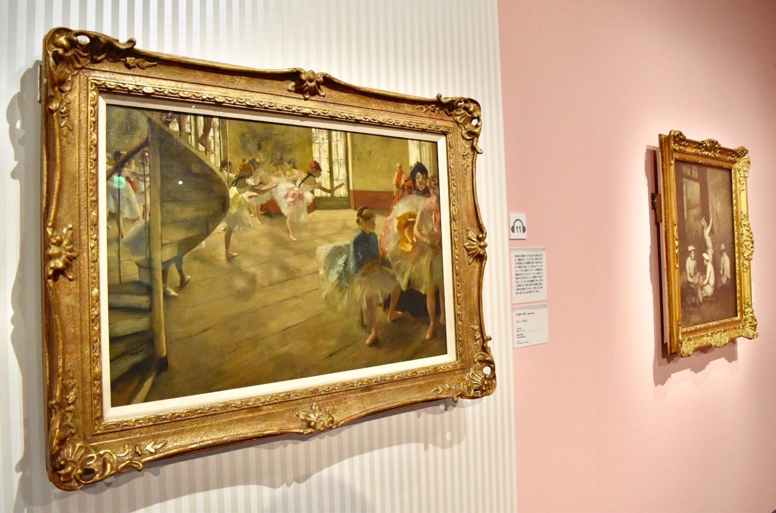 左:エドガー・ドガ 《リハーサル》 1874年頃 油彩、カンヴァス (C)CSG CIC Glasgow Museums Collection