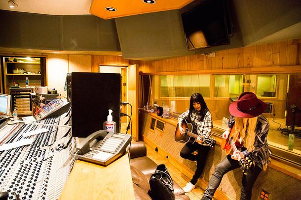 セッションをするmiwa(左)とオリアンティ(右)。(写真提供:Sony Music Records)