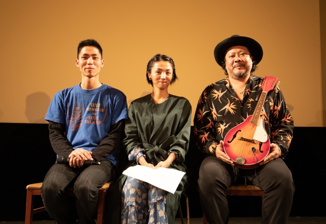 左から、仲村颯悟監督、満島ひかり、 UKULELE GYPSY(MONGOL800キヨサク)