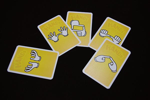 両手のハンドサインが描かれたカードも (c)DEAR SPIELE