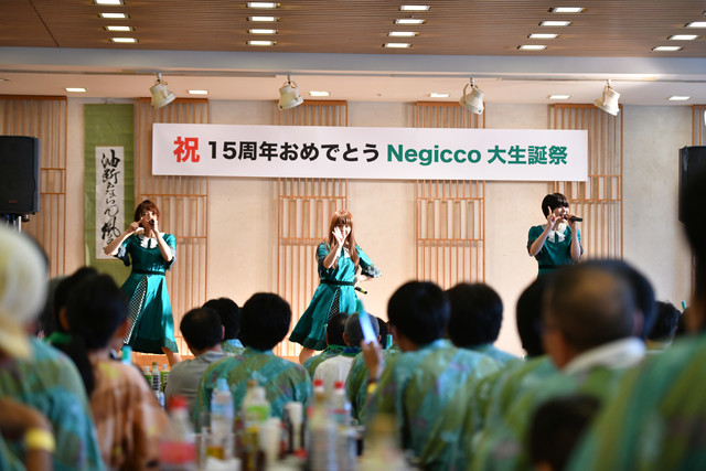 東京・浅草ROX まつり湯の宴会場でライブを行うNegicco。