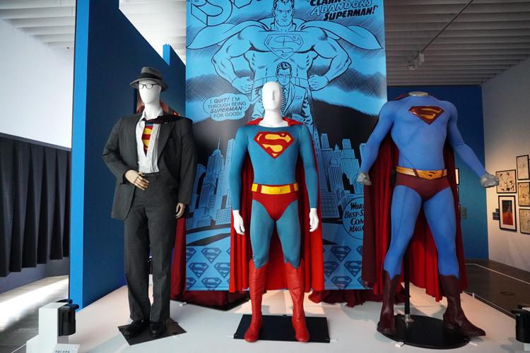 左より:《クラーク・ケント/スーパーマンのコスチューム》(映画『スーパーマンⅡ 冒険篇』(1980年))、《スーパーマンのコスチューム》(映画『スーパーマン』(1978年))、《スーパーマンのコスチューム》(映画『スーパーマン・リターンズ』(2006年)) DC SUPER HEROES and all related characters and elements (C) & TM DC Comics. WB SHIELD: (C) & TM WBEI. (s21)