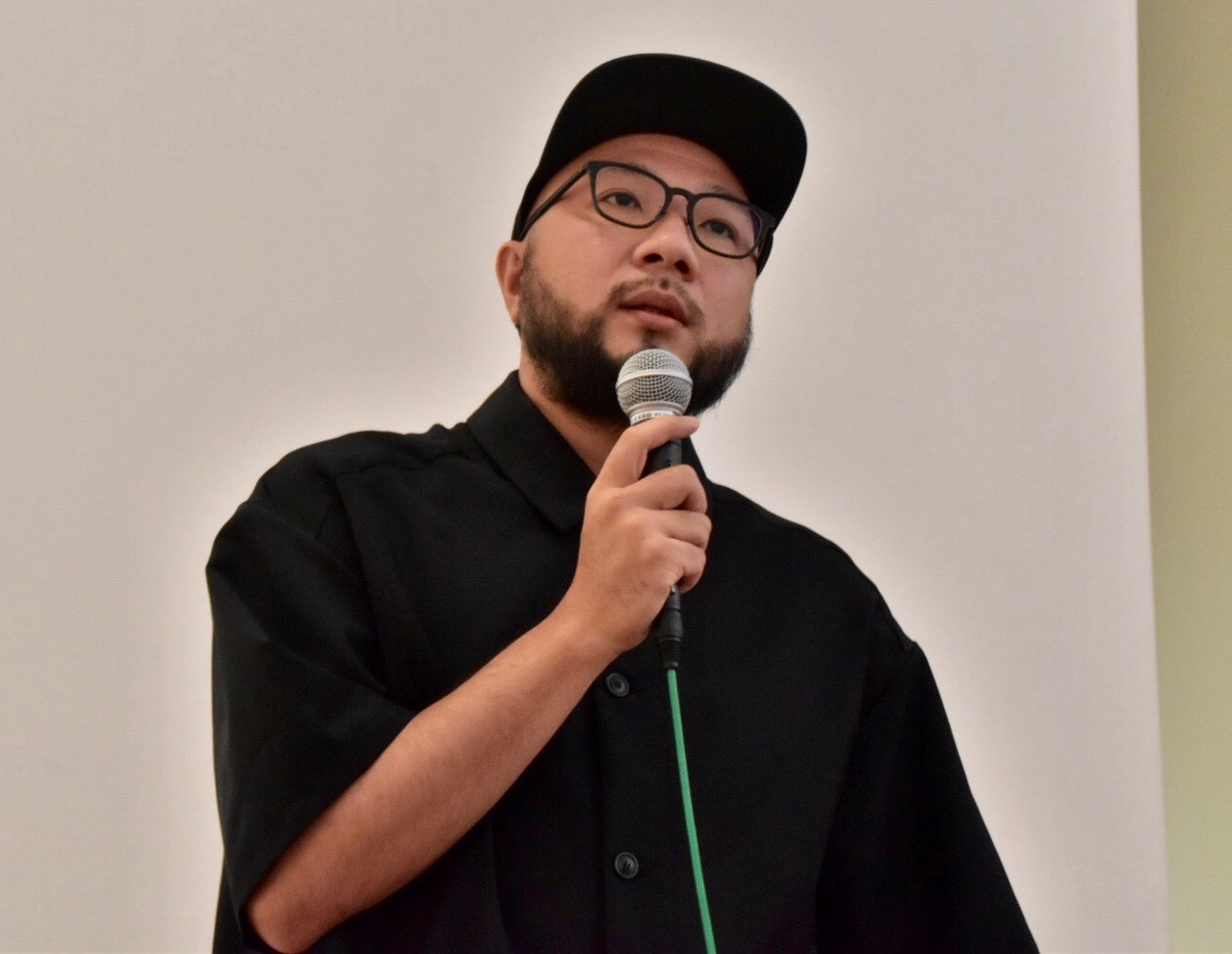 作品解説をするWOWの田崎佑樹氏