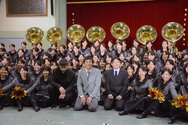 吹奏楽部メンバーとともに、G2、博多華丸、吹奏楽部・櫻内教昭顧問