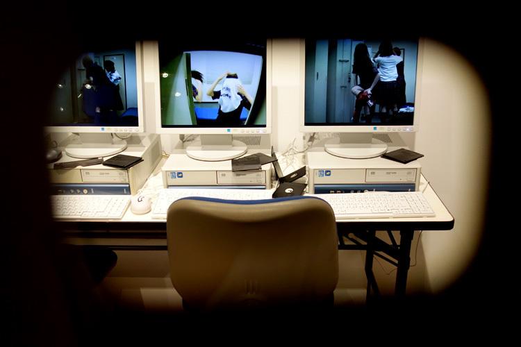 <パソコン室>。モニターを眼鏡越しに見ると、メンバーの姿が。