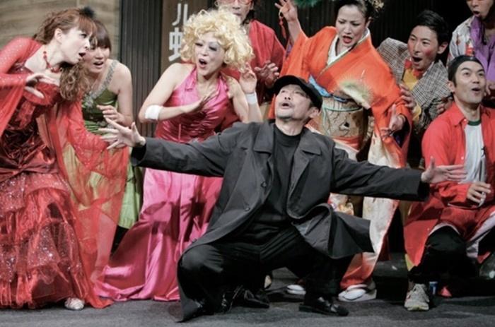 2010年の『ラブレター』では、黒づくめの演出家を演じた河野洋一郎。 (c)谷古宇正彦(舞台写真)
