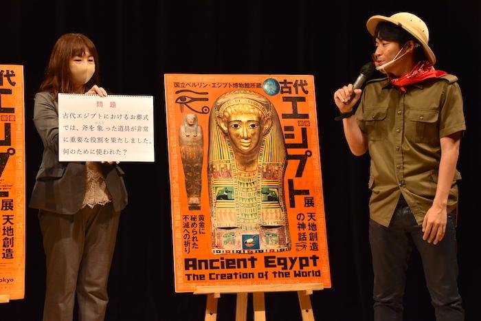 クイズを読み上げる伊沢拓司(右)