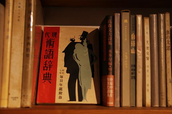 そのまま飾りたくなるような古書を多く扱っている。