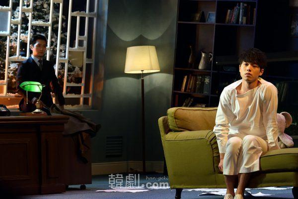 マイケル役のチョン・ソンウ(右)とグリーンバーグ医師役のイ・ソクジュン