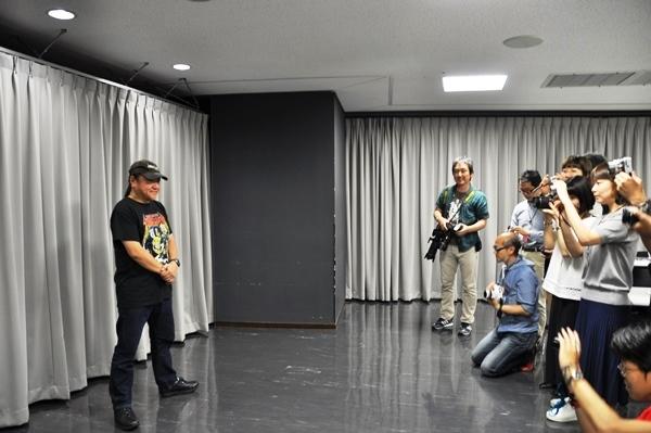 「俺だけ撮ってもしょーがねえじゃん!」と笑いながらウェブ媒体用の撮影に応じるいのうえひでのりの図。 [撮影]吉永美和子