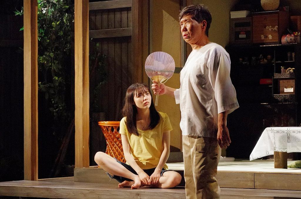 (右から)梶原善、秋田汐梨  撮影:御堂義乘