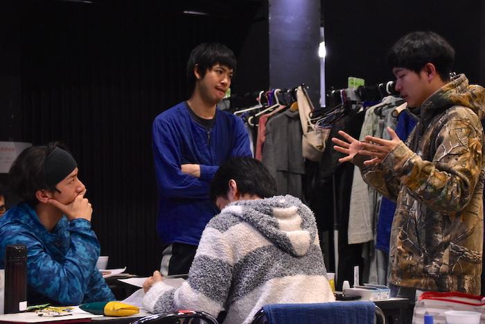 脚本・演出の藤田貴大(右)と、脚本について話し合っている成河、大貫勇輔、渡辺大知(藤田から時計回りに)