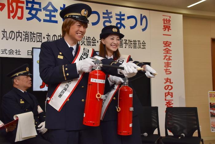丸の内1日消防署長になった夢咲ねねと浦井健治(右から)