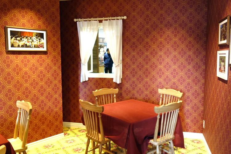店内。壁も絨毯も凝っています。