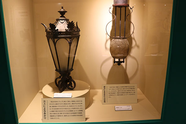 ガス灯(左)と開放型アーク灯(右)