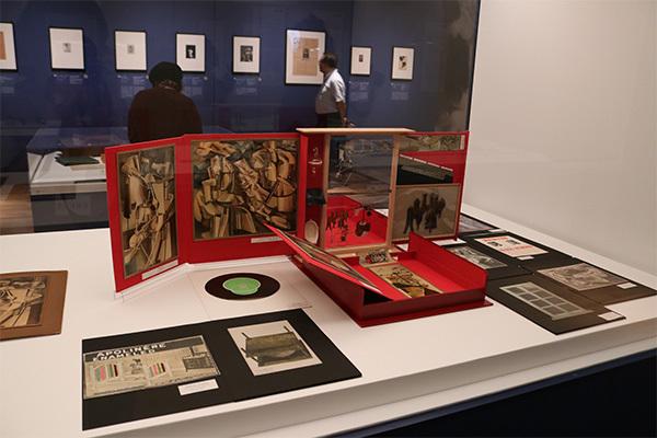 展示風景:手前《マルセル・デュシャンあるいはローズ・セラヴィの、または、による(トランクの中の箱)》(1935~41年、1963~65年(中身)、シリーズF、1966年版)
