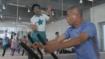 田中圭があばれる君を圧倒する暴れっぷり フィジカルの強さを披露する『アフラックの健康応援医療保険』新CM映像を公開