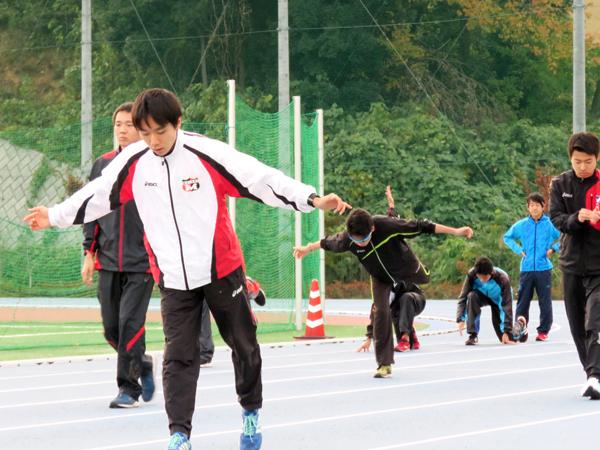 練習のはじめに動き作りを行う選手たち
