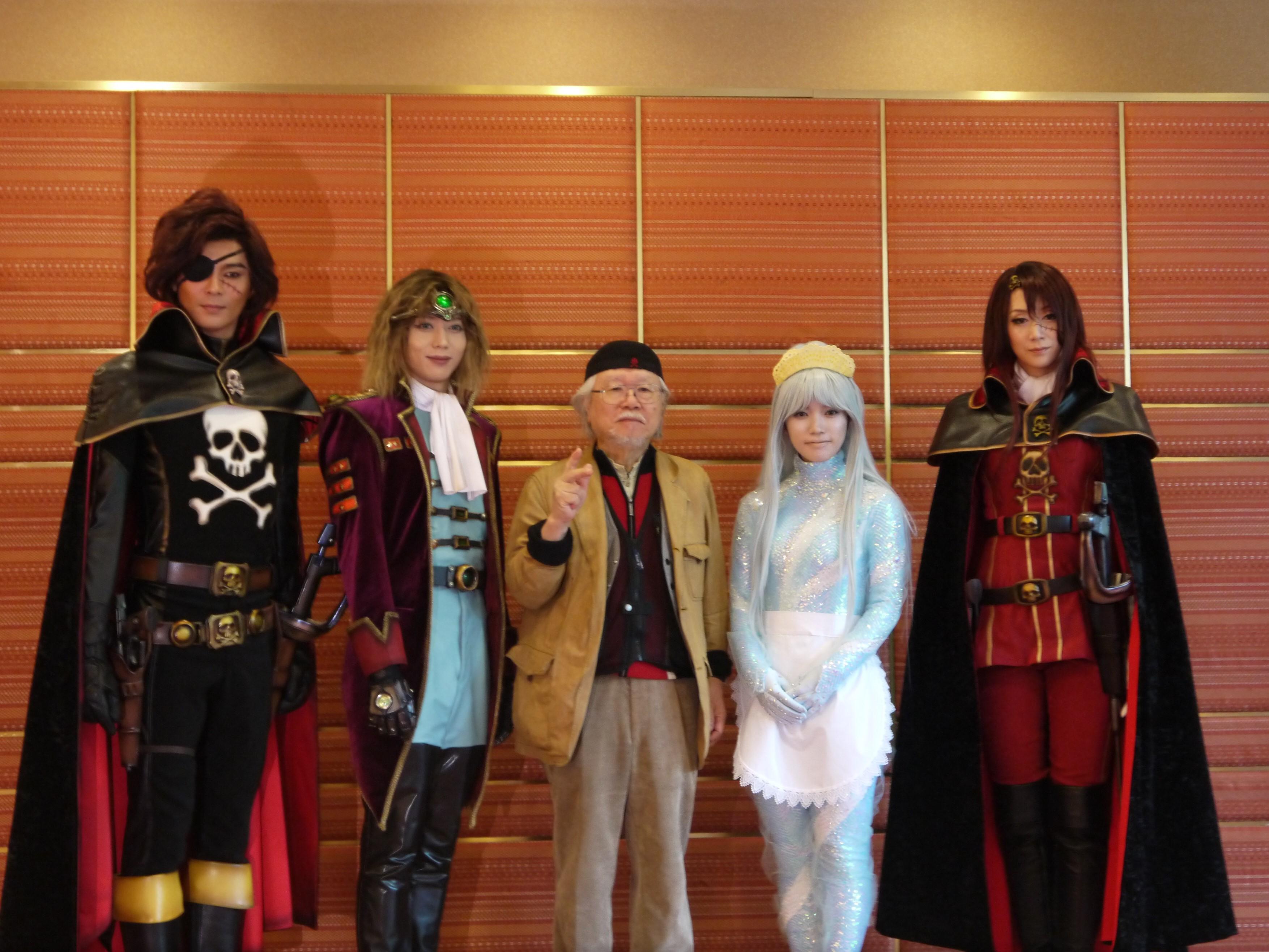「後列の方々の衣装をよく見せて!」というリクエストに応えて。左から、平方元基、染谷俊之、松本零士、美山加恋、凰稀かなめ