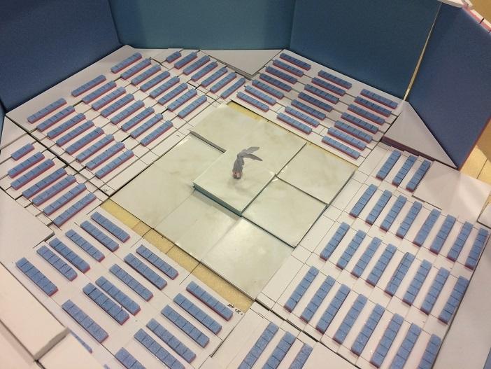 四方を客席に囲まれたステージ(イメージ模型)