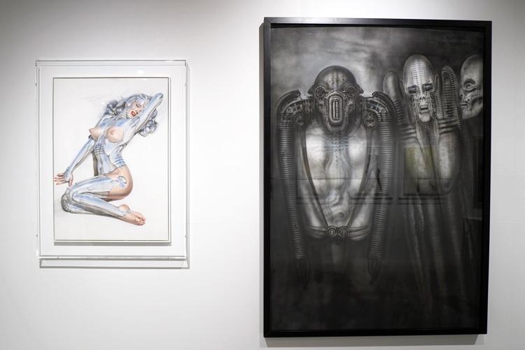 左より:Hajime Sorayama《Untitled》2015 (C)Hajime Sorayama, H・R・Giger《The Tourist Ⅶ》1982-94 (C)Estate of HR Giger