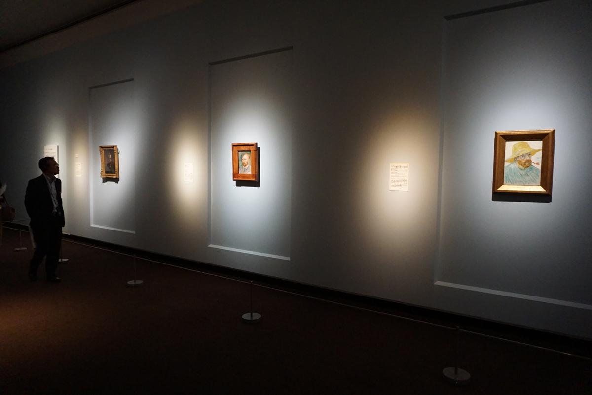 ゴッホの3点の自画像が並ぶ